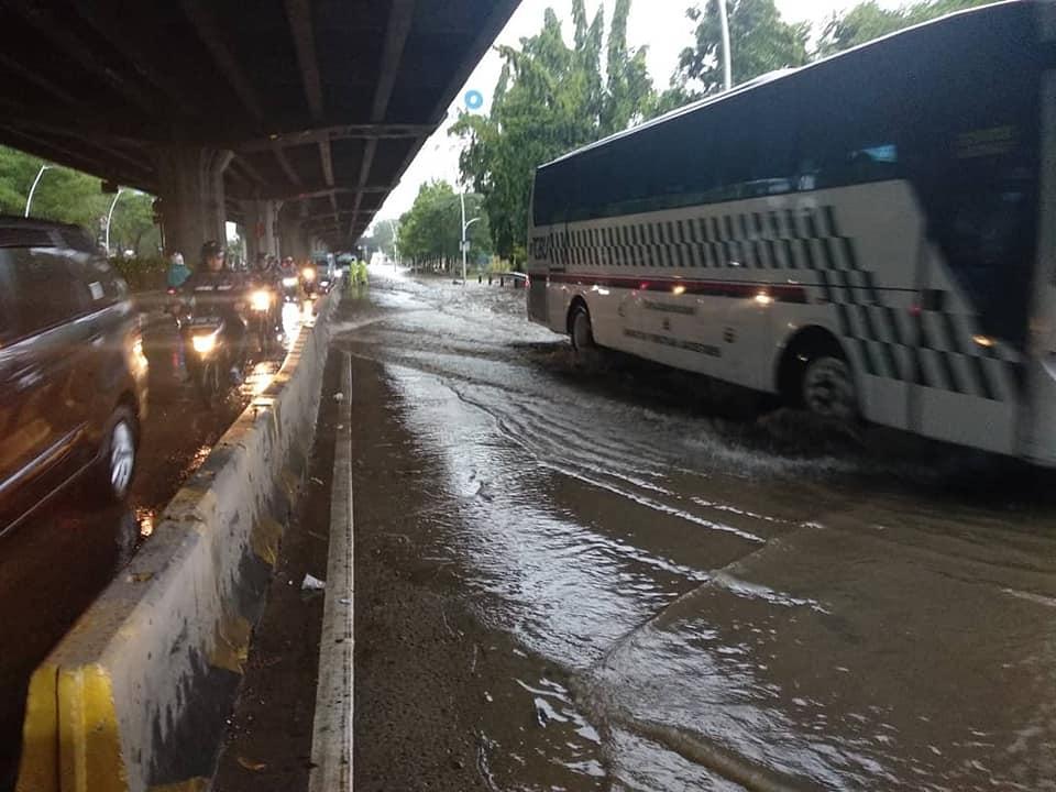 Tips Aman Berkendara Saat Melintasi Genangan Air