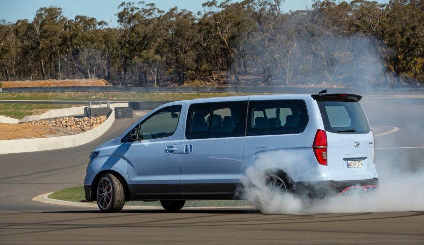 Hyundai H1 Bisa Melakukan Aksi Drift