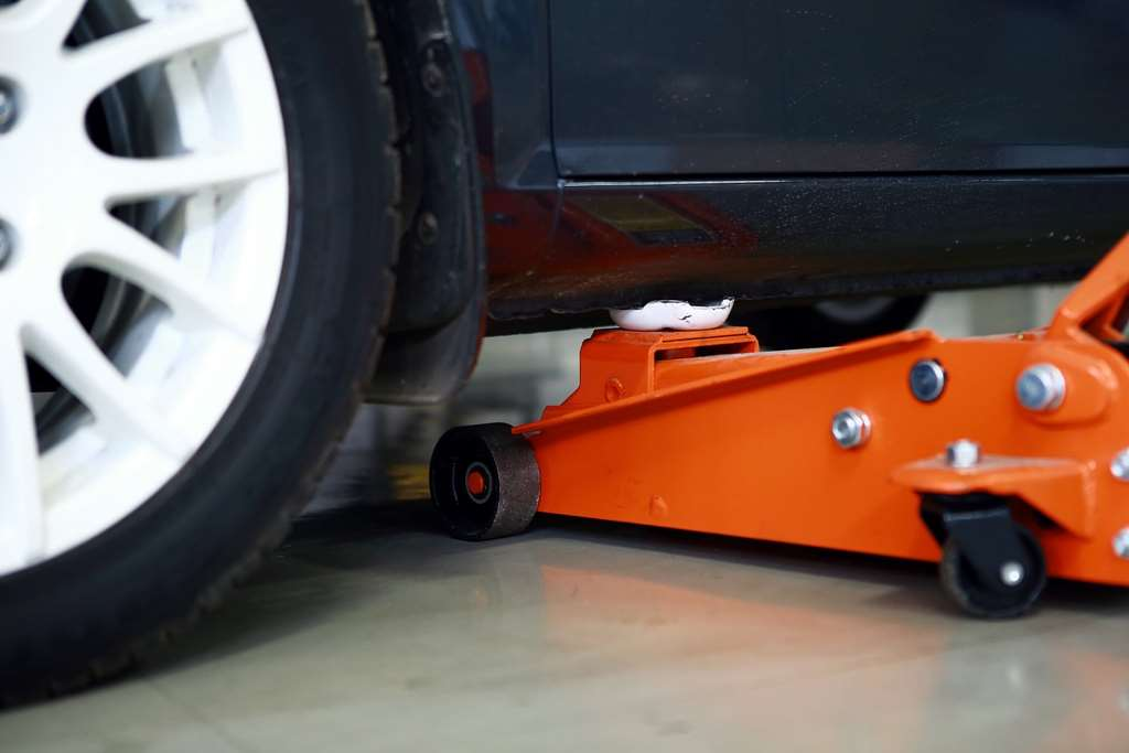 Mengetahui Titik Tumpu Dongkrak yang Tepat Pada Mobil Anda