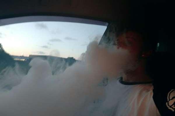 Sama Seperti Merokok, Vaping di Mobil Sama Bahayanya