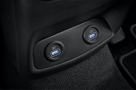 Akses USB Hyundai Santa Fe Tawarkan Kemudahan